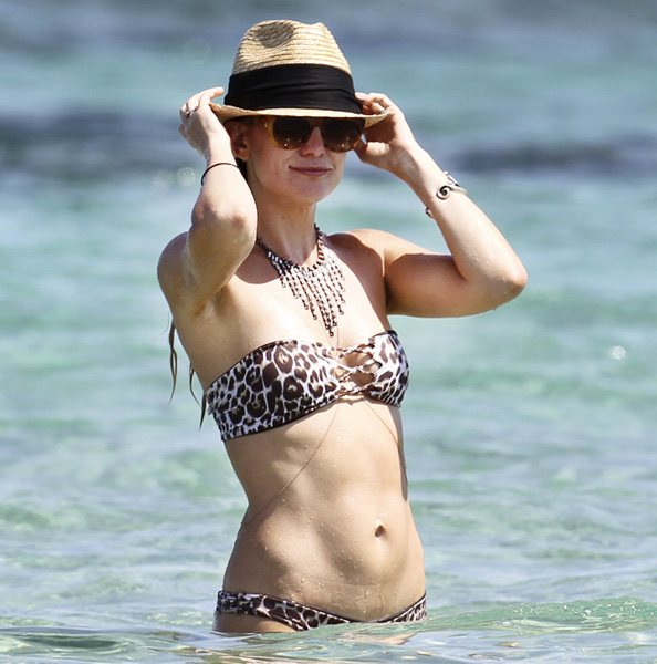 Exclusive... Kate Hudson & Matt Bellamy Enjoy A Beach Vacation - NO WEB USE